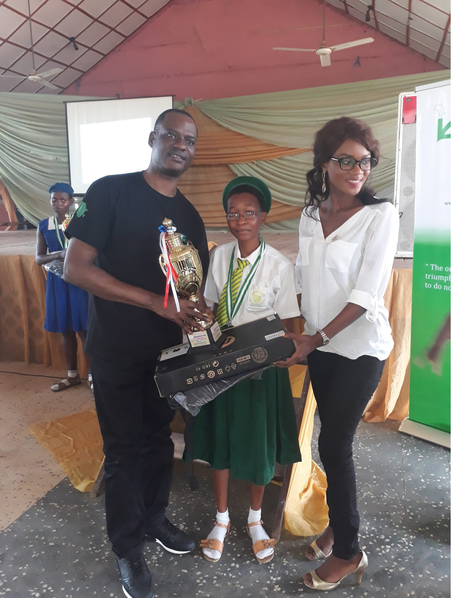 President of IAF in person of Taiwo Oyedele presenting award to the best student i the FAME competition